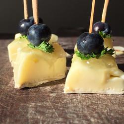 Stick de brie com blueberry
