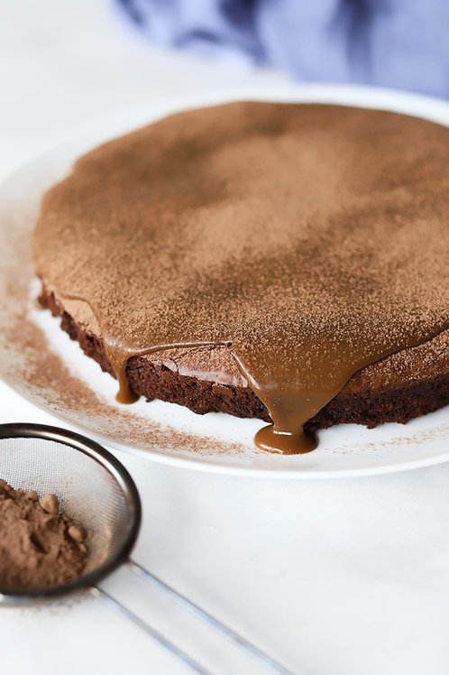 """Torta brownie com doce de """"leite"""" vegano"""