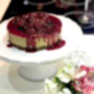 Cheesecake de pistache com calda hibisco e frutas vermelhas