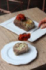 Bolo de carne com cheio cremoso de queijos, shitake e alho poró