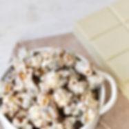 Pipoca caramelizada com peanut butter coberta com Loov Branco