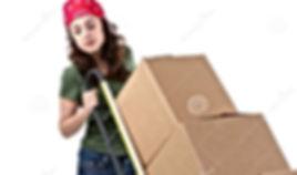 Девушка в красной шапочке с волосами на плечах,катит тележку с коробками.