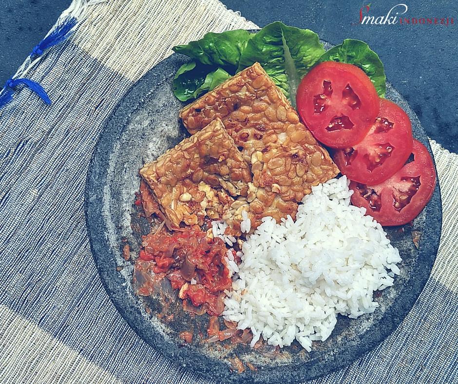 Smaki Indonezji - Tempeh Penyet - Smażone Tempeh z cebulowym sosem chilli