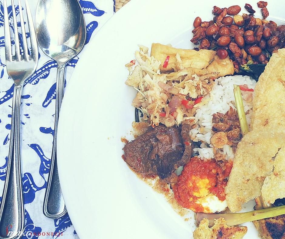Kuchnia-Indonezyjska-Nasi-Campur-Mieszany-Ryż