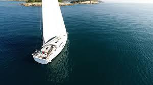 Voilier sur l'eau belle avec skipper