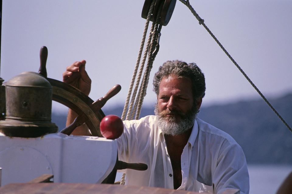 Capitaine à la barre criant vocabulaire marin