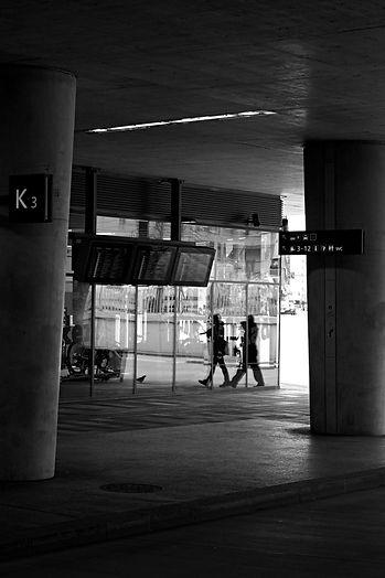 streetphotography, wien, vienna, hauptbahnhof, wien hbf, vienna tran station, reflection, schwarz weiß, black and white