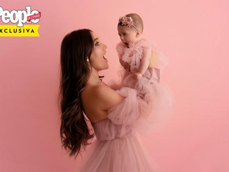 Dulce María estampa primeira capa de revista com a filha e fala sobre cesárea humanizada