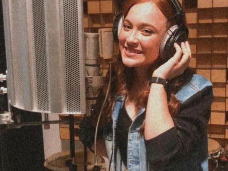 """Ágatha anuncia carreira de cantora e compartilha momento em estúdio: """"muito feliz"""""""