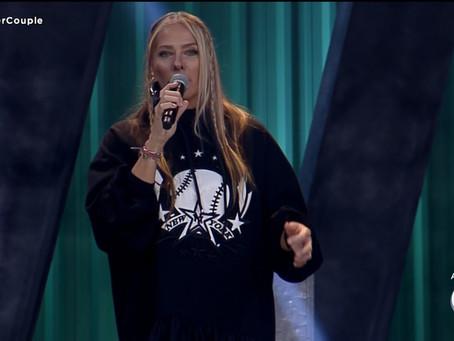 """Ao vivo no Power Couple, Adriane Galisteu rebate críticas ao look: """"estou amando"""""""