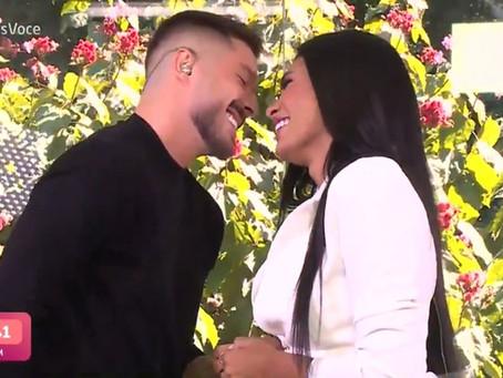 Pocah recebe pedido de casamento enquanto toma café com Ana Maria Braga