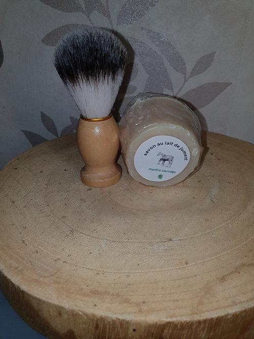 blaireau et son savon à  barbe