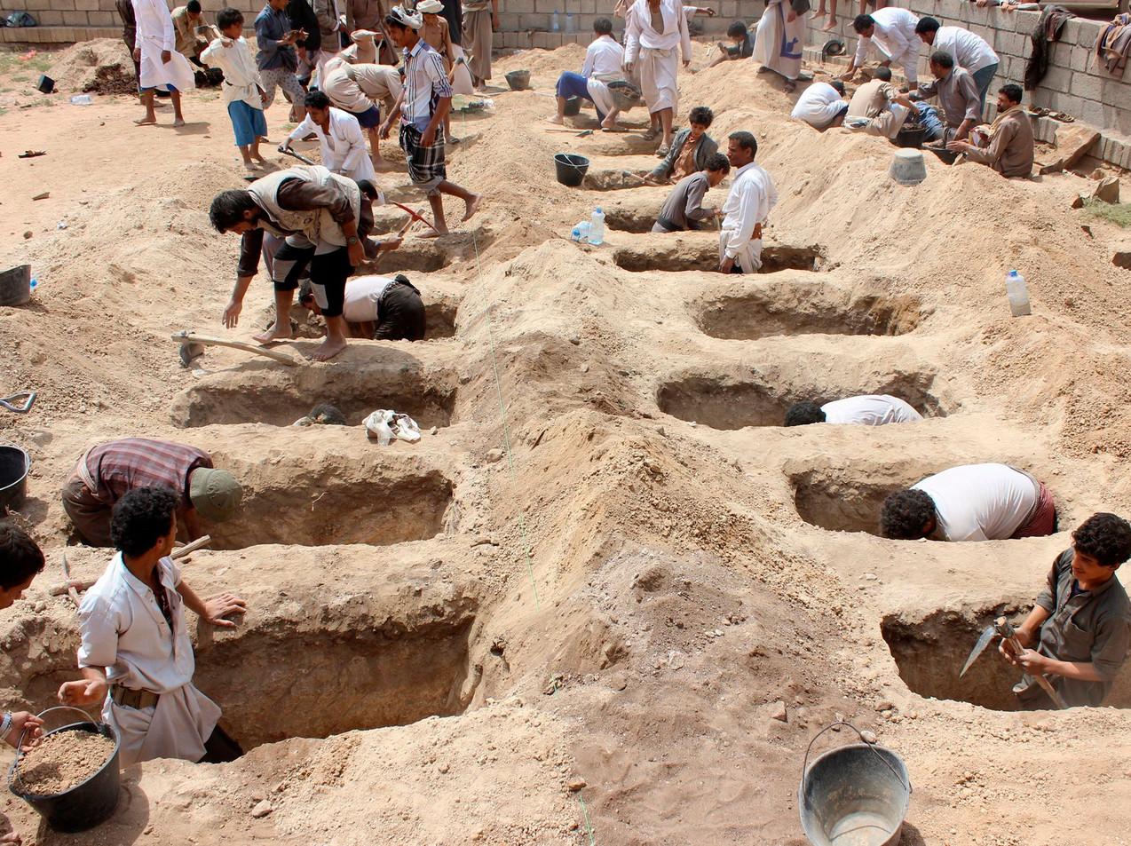 Yemenis digging graves