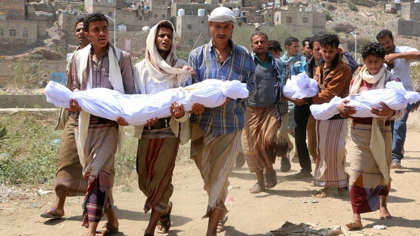 Yemenis carrying dead bodies
