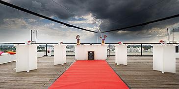 Interieurfotografie vom Upside East in München by Fabio Grazioli Fotografie mit Dekos von Regine Pilz Eventdekoration für eine Hochzeit