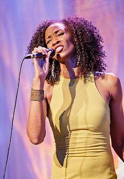 Bühnenfotografie Jazz und Swing Performance Sängerin Norisha Campbell beim Event zur Jubiläumsfeier der Firma Weber Schraubautomaten