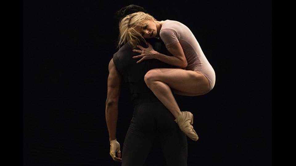 Dança inerte  (imagem: Grupo Corpo) Salssisne
