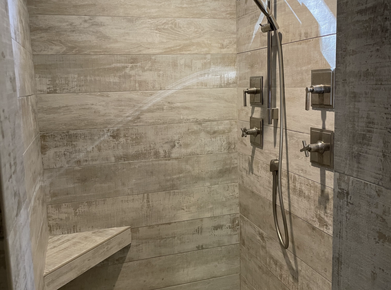 Tiled door-less shower with bench
