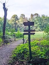 Hinweisschilder im Park von Schloss Ahlsdorf