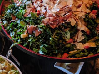 Spargelsalat mit Parmesanhobeln und gezupftem Serrano-Schinken