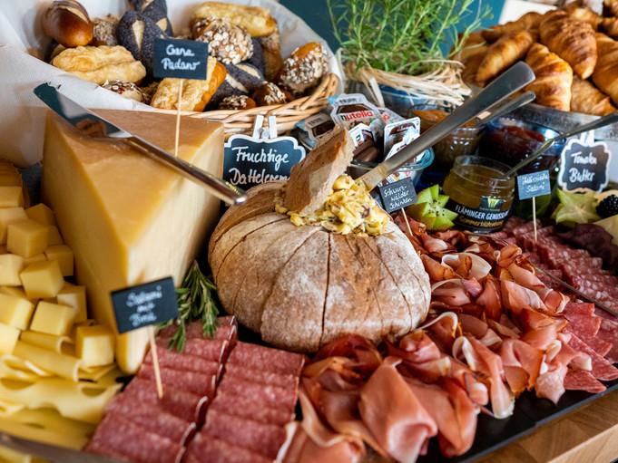 Brunch mit Käse, Salami und Schinken