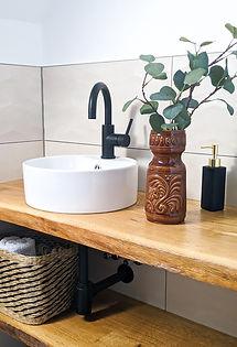 Modernes Badezimmer mit Deko