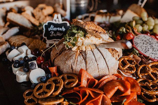 Grazing Table zur Hochzeit mit Butter Brottopf