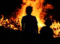 two-children-looking-at-big-fire_HYEne3p