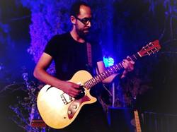 בהופעה של שולי רנד עם גיטרה מיוחדת