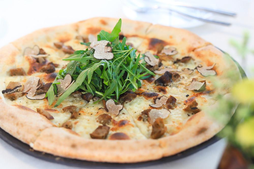 Truffel-pizza-met-rucola-vers-uit-de-oven-soft-focus