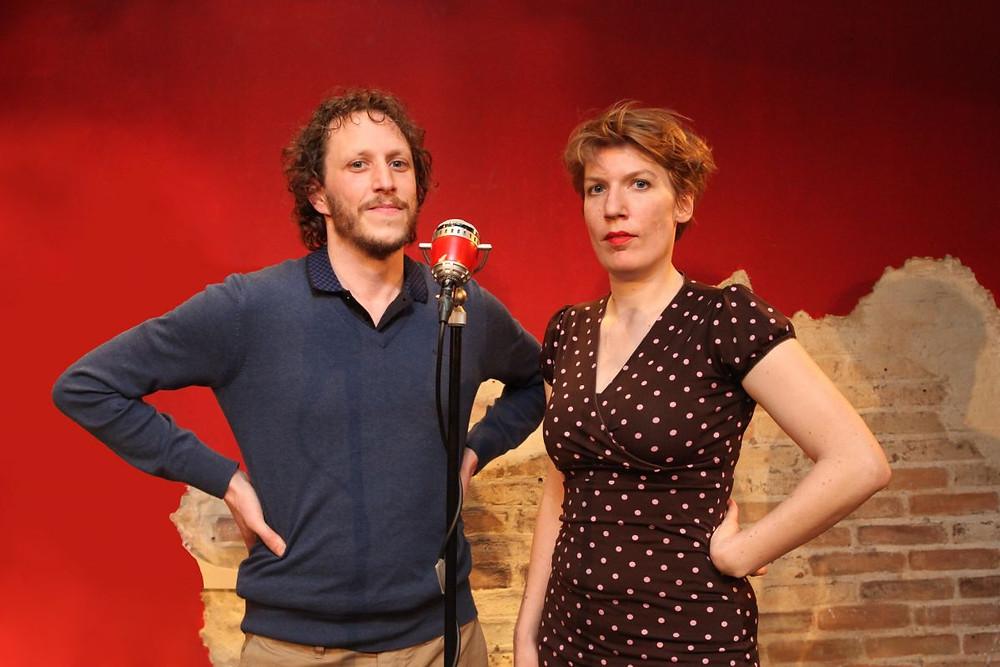 Paulien Cornelisse en Micha Wertheim op het podium tijdens de podcast Echt Gebeurd