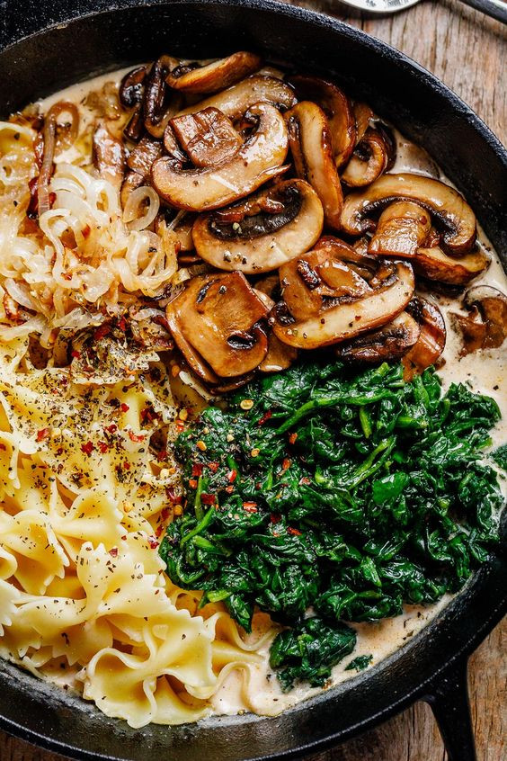 Plate with pasta, mushrooms and spinache