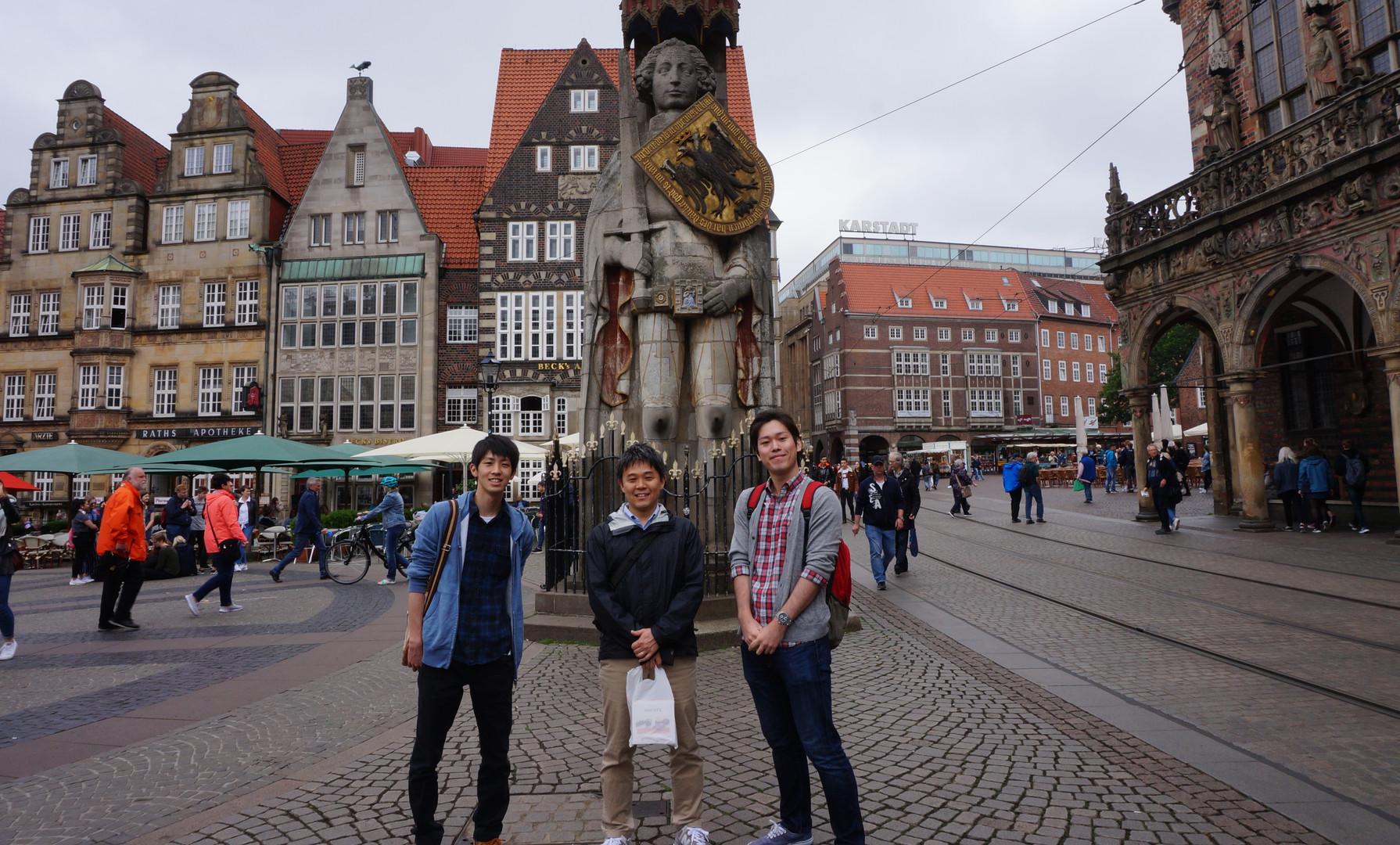 ローランド像の前にて