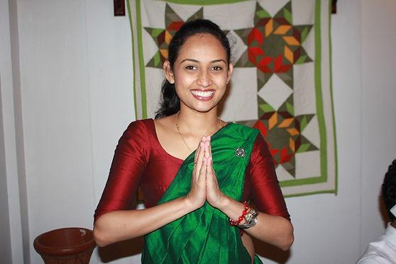 笑顔で迎えてくれるスリランカの女性.JPG