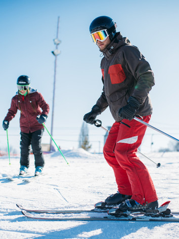beginners-learn-to-ski-skiers-in-equipme