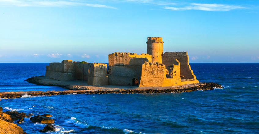 medieval-castle-in-the-sea-le-castella-i