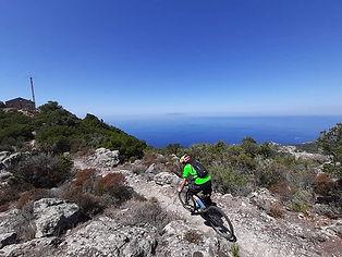 Esplorare il territorio in mountain bike significa percorrere fantastiche mulattiere, antiche miniere, sentieri scoscesi, ecc..