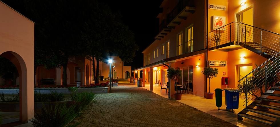 esterno-vialetto notte.JPG