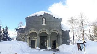 Un edificio in pietra al centro di Sestriere.
