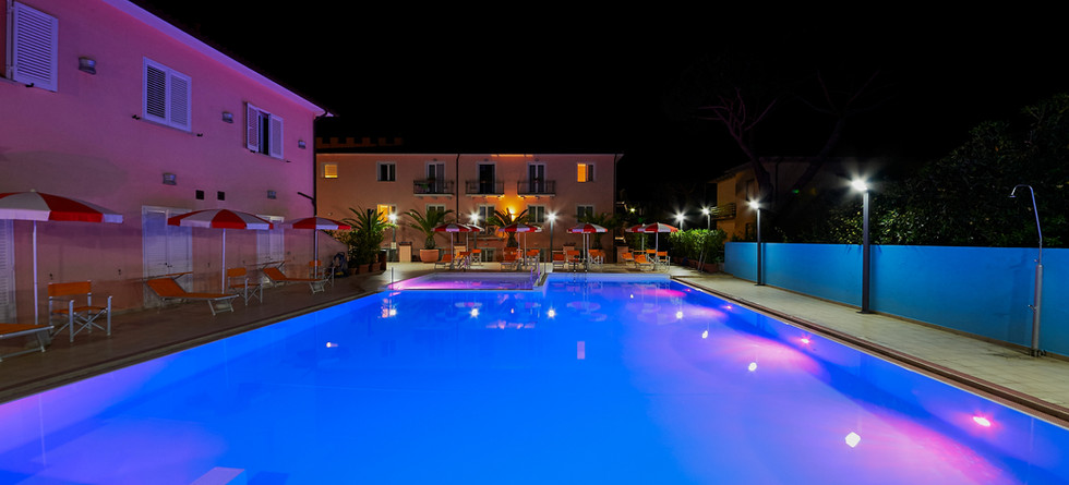 esterno-piscina notte 1.JPG
