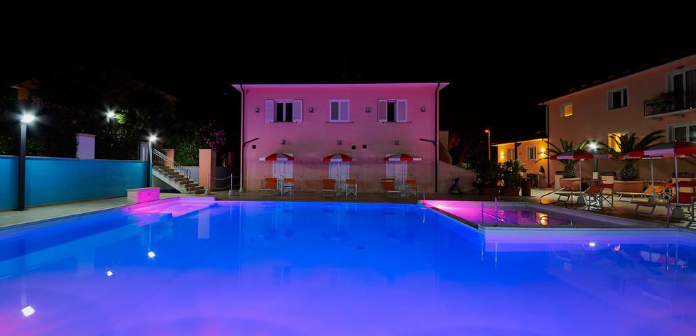 esterno-piscina notte 3.JPG