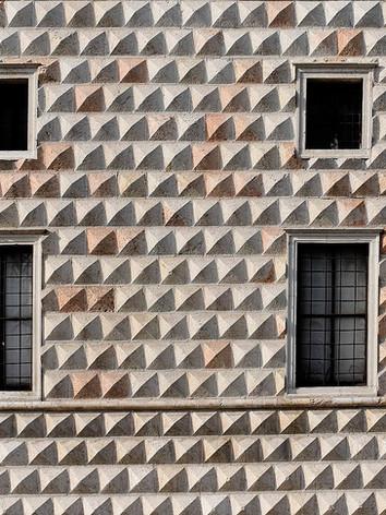 1024px-Windows_palazzo_Diamanti_Ferrara_