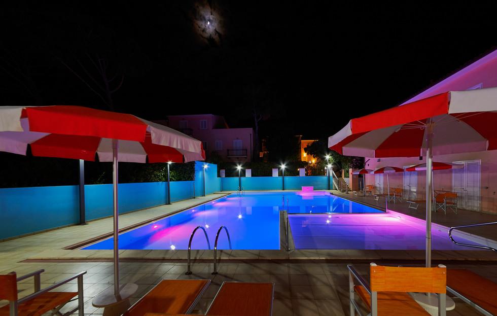 esterno-piscina notte 2.JPG