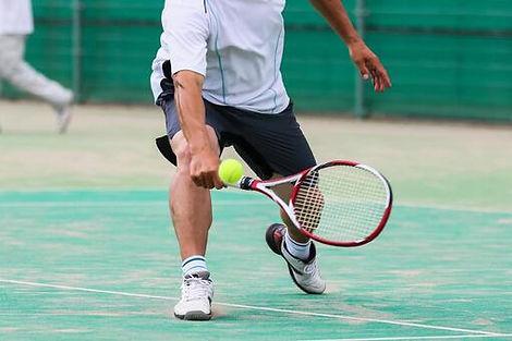テニスをプレーしている画像.jpeg