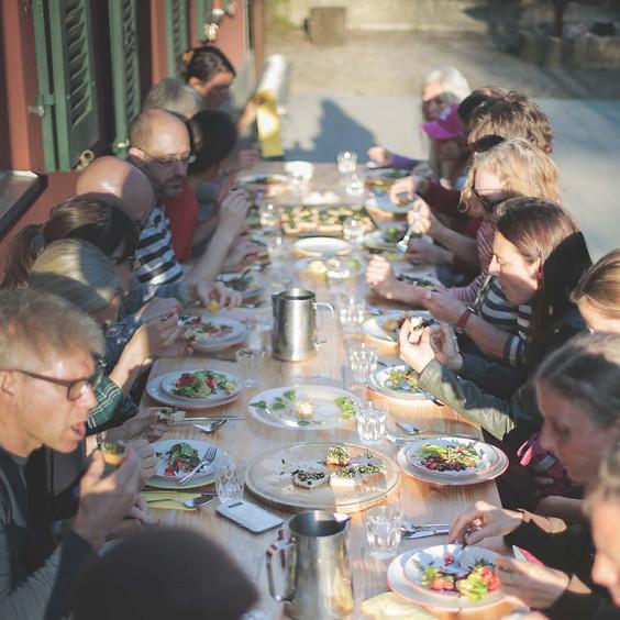 Wildkräuter-Gästetisch im August