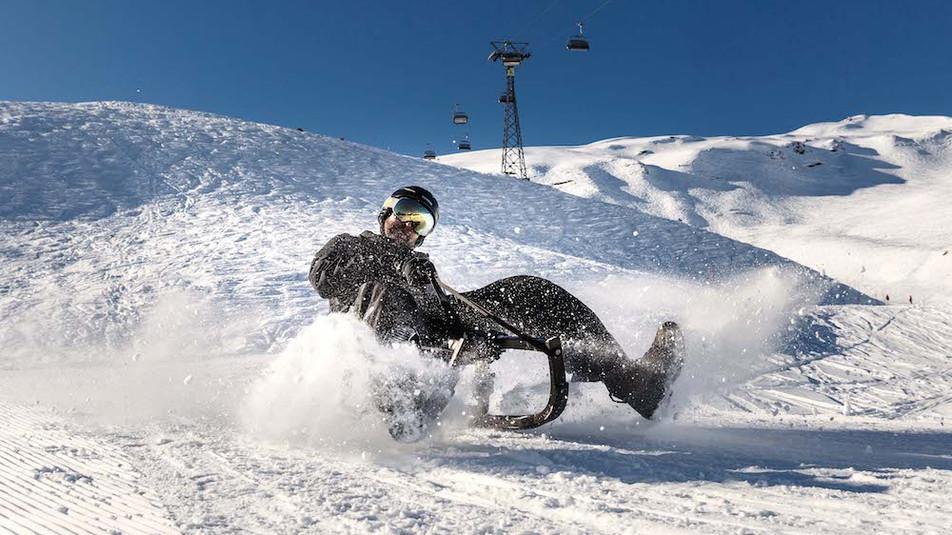 Bahn frei! Wir verlosen den limitierten «BLACK HAWK» für maximalen Fahrspass im Schnee!