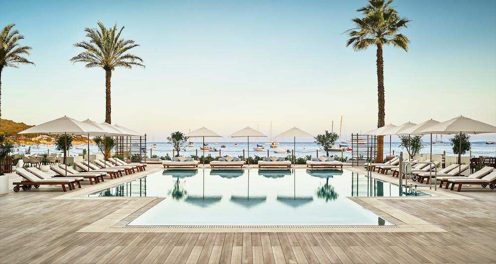 Nobu Hotel Ibiza Bay mit Blick auf die Bucht von Talamanca ©Nobu Hotel Ibiza Bay