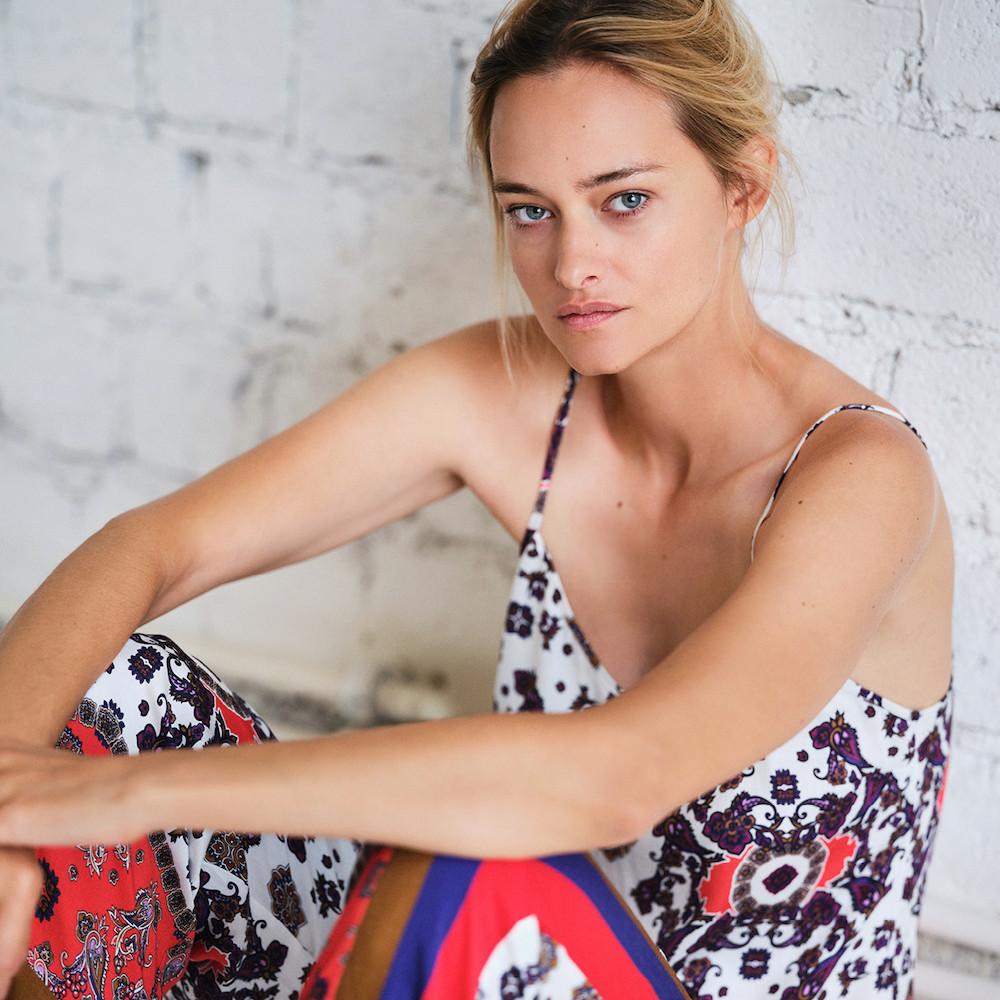 Nadine fühlt sich am wohlsten in der neuen Loungewear von Beldona. Ihr Lieblingsprodukt trägt den Namen Giuliana. ©Beldona