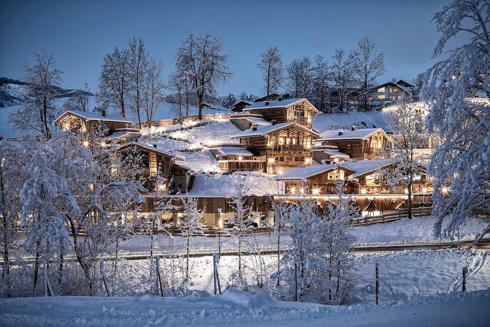 Luxuschalets in verschneiter Winterlandschaft bei Nacht