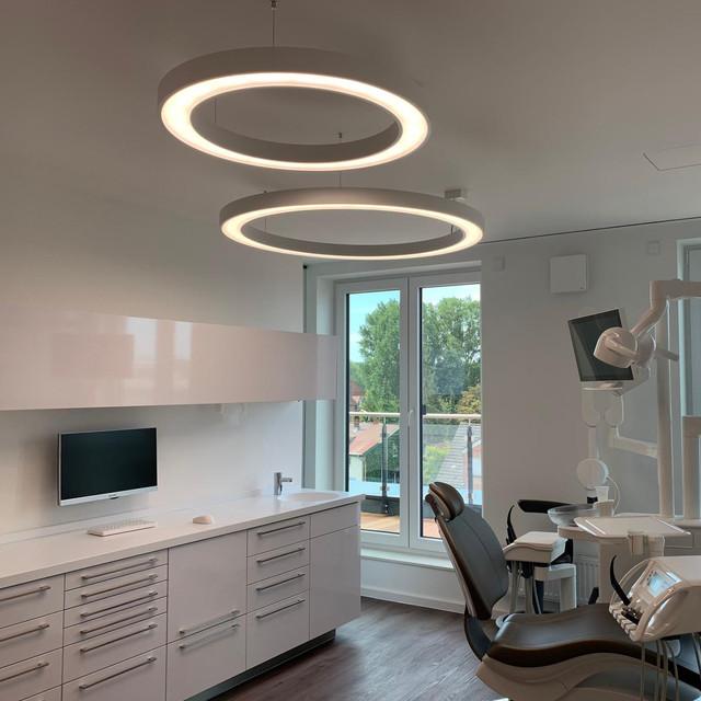 Der erste Blick! Tolles Behandlungszimmer mit zwei Designer Ringleuchten der Serie Matrix. Praxis Dr. Dagmar Amber, Bad Schwartau, Germany. Wir sagen Danke!